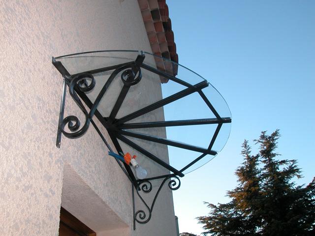 stunning la marquise classiquen en fer forg et verre with comment fabriquer une marquise en fer. Black Bedroom Furniture Sets. Home Design Ideas