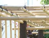 Le bambou un mat riau exotique pour concevoir une pergola ou une tonnelle - Pergola bambou jardin ...